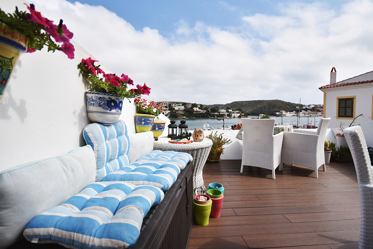 terrasse mit holzboden immostyle menorca. Black Bedroom Furniture Sets. Home Design Ideas
